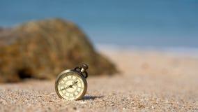 Pendente do relógio do vintage na praia foto de stock