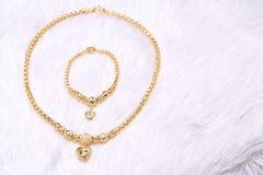 Pendente dorato del cuore, pizzo del collo, braccialetto dorato immagine stock libera da diritti