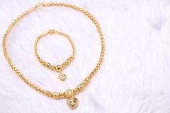 Pendente dorato del cuore, pizzo del collo, braccialetto dorato Fotografia Stock Libera da Diritti