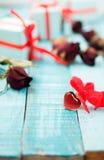 Pendente a forma di del cuore sulla tavola di legno Immagine Stock