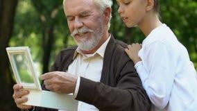 Pendente handicappato di rappresentazione dell'uomo di anziano la sue nipote e storie dire video d archivio