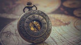 Pendente inciso antico dell'orologio del metallo fotografie stock libere da diritti