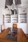 Pendente progettato e tavola di legno immagine stock libera da diritti