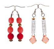Pendenti degli orecchini con gli zecchini e perle rosse su backgroun bianco Fotografia Stock