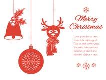 Pendenti di Natale: una campana con agrifoglio, la palla e un cervo in sciarpa Confine universale, isolato su fondo bianco con fotografia stock libera da diritti