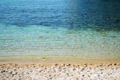 Pendenza - spiaggia ed acqua a Corfù fotografia stock