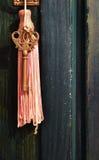 Pendere chiave da una maniglia della porta Fotografie Stock Libere da Diritti