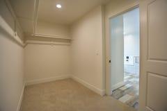 Penderie vide dans la salle de bains de chambre à coucher principale dans la maison modèle en San Diego California Photo stock