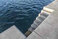 Pendiente al agua en la 'promenade' Fotografía de archivo libre de regalías