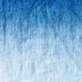 Pendiente azul y blanca en la mezclilla del dril de algodón Foto de archivo