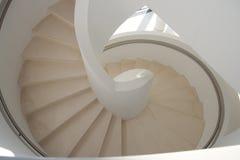Pendiente blanca de la escalera espiral Fotos de archivo