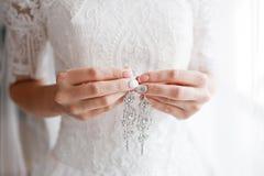 pendiente en manos nupciales Accesorios hermosos de la boda fecha Día de fiesta del otoño Fotografía de archivo