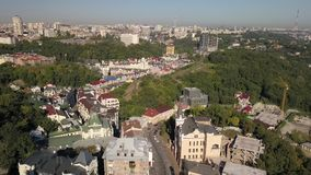 Pendiente y Vozdvizhenka de Andriyivskyy de la visión aérea en la capital de Ucrania almacen de metraje de vídeo