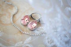 Pendientes cristalinos rosados para la novia con el collar blanco Fotos de archivo libres de regalías