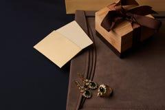 Pendientes de la joyería del diamante del ` s de las mujeres y un anillo con una esmeralda verde Foto de archivo