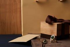Pendientes de la joyería del diamante del ` s de las mujeres y un anillo con una esmeralda verde Fotografía de archivo libre de regalías