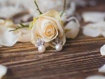 Pendientes de la perla de la novia con la rosa del blanco, cierre para arriba Fotos de archivo