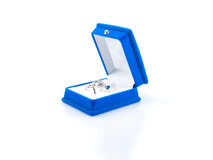 Pendientes de lujo en rectángulo de joyería azul del terciopelo Foto de archivo libre de regalías