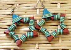 Pendientes de madera en estilo étnico Foto de archivo libre de regalías