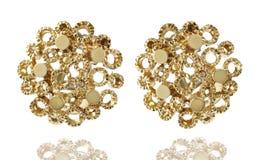 Pendientes de oro con blanco aislado piedra preciosa Foto de archivo libre de regalías