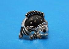 Pendientes de plata bajo la forma de pescados con negro Fotografía de archivo libre de regalías