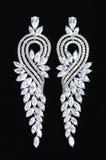 Pendientes de plata con las joyas imagenes de archivo