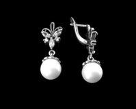 Pendientes de plata con las perlas Foto de archivo