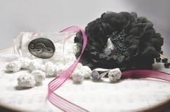 Pendientes de plata con los caramelos blancos como la nieve y adorno de la música Fotos de archivo libres de regalías