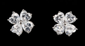 Pendientes de plata con los diamantes Imágenes de archivo libres de regalías