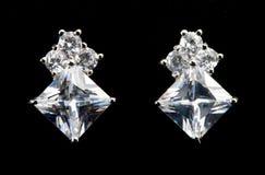Pendientes de plata con los diamantes Fotos de archivo libres de regalías