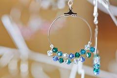 Pendientes de un joyero en la joyería Foto de archivo