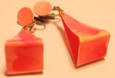 Pendientes del triángulo del rosa del vintage 80s Fotografía de archivo libre de regalías
