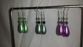 Pendientes grandes de la perla de la lágrima en verde lima, púrpura o verde salvia Fotos de archivo libres de regalías
