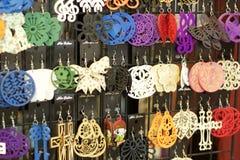 Pendientes hechos a mano de la joyería Fotos de archivo libres de regalías