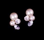 Pendientes hermosos con las perlas y los diamantes Imágenes de archivo libres de regalías