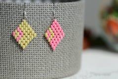 Pendientes moldeados hechos a mano verdes claros y color rosado fotos de archivo libres de regalías