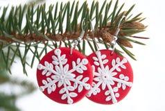 Pendientes rojos del fimo con el modelo del copo de nieve Foto de archivo libre de regalías