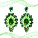 Pendientes verdes grandes extravagantes en un fondo blanco con la decoración fotografía de archivo libre de regalías