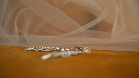 Pendientes y anillos de bodas, día de boda almacen de metraje de vídeo
