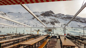Pendii della località di soggiorno di inverno in montagne delle alpi Immagini Stock Libere da Diritti