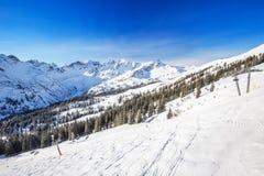 Pendii dello sci e seggiovie sulla cima della stazione sciistica di Fellhorn, alpi bavaresi, Oberstdorf, Germania Fotografia Stock Libera da Diritti