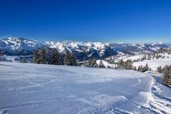 Pendii dello sci, lago Lucerna ed alpi svizzere coperte da neve fresca Fotografia Stock