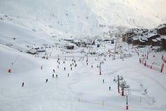 Pendii di corsa con gli sci, con molta gente Fotografie Stock