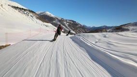 Pendii di corsa con gli sci nelle alpi archivi video