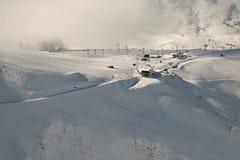 Pendii di corsa con gli sci, paesaggio alpino maestoso Immagini Stock