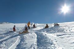 Pendii di corsa con gli sci in sole Fotografie Stock