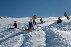 Pendii di corsa con gli sci in sole Immagini Stock Libere da Diritti