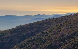 Pendii di montagna, montagne blu ed il mare fotografie stock libere da diritti