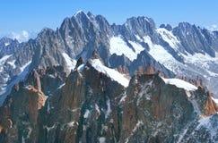 Pendii di montagna ripidi coperti di neve nelle alpi svizzere Immagini Stock