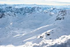 Pendii di montagna di Snowy nelle alpi europee Immagini Stock